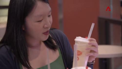 Diane Leow uống thử trà sữa kem phô mai khi thức uống này mới trình làng. Ảnh:Channel News Asia.