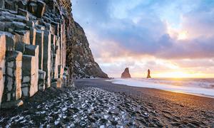 Bãi biển cát đen không ai dám tắm ở Iceland