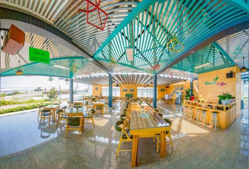 Tại cánh đồng hoa còn có một quán cà phêFresh Coffeeđược thiết kế hình vành khăn. Ngồi ở quán, du khách sẽ được tận hưởng không gian thoáng đãng của cánh rừng nguyên sinh trong tiếng nhạc Accoustic mộc mạc, trầm lắng.