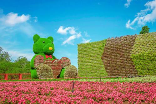 Nằm trong khuôn viên khu du lịchFresh Đà Lạt, Fresh Garden năm nay có chủ đề Sắc màu tình yêu. Do đó, cây và hoa ở đây được kết tạo với những hình ảnh biểu trưng cho tình yêu như gấu teddy ôm hoa, dãy trái tim nhiều màu trải dài suốt con đường uốn lượn. Hoa được dùng chủ yếu là oải hương, ngọc thảo, phong lữ, dạ yến thảo, thạch thảo, cẩm tú cầu, thu hải đường, mõm sói, xác pháo, nữ hoàng xanh, mai địa thảo...Đi dọc theo Cây cầu Tình yêu được nhuộm đỏ, bạn sẽ thấy chiếc đồng hồ khổng lồ nằm giữa khung cảnh thơ mộng, ổ khóa tình yêu  biểu tượng cho sự chung thủy của lứa đôi, những chiếc xe hơi cổ, xe đạp phủ hoa gợi nhớ đến Đà lạt xưa những năm 1950-1960.