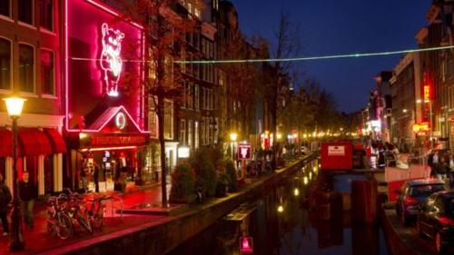 Việc bị chụp ảnh và lộ mặt trên mạng xã hội đẩy các cô gái bán hoa ở Amsterdam vào tình cảnh đáng lo ngại. Ảnh: BBC.