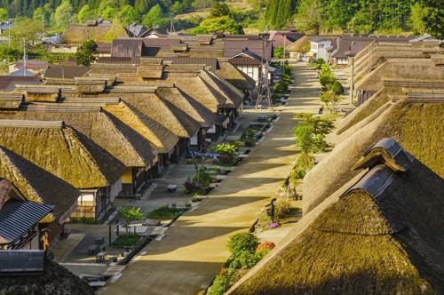 Thị trấn cổ Ouchijuku: nơi vẫn còn lưu giữ được khu phố thời Edo (1603-1868). Khu phố gồm nhiều căn nhà lợp mái rạ dày hàng mét, nằm dọc 2 bên đường, hiện được chỉ định là khu vực bảo tồn kiến trúc truyền thống quan trọng của quốc gia.