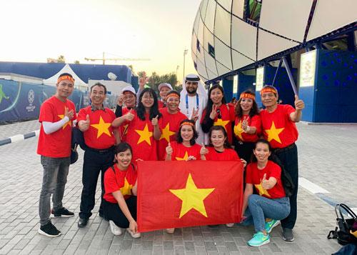 CĐV Việt Nam mặc áo cờ đỏ sao vàng cổ vũ cho thầy trò HLV Park Hang-seo. Ảnh: Vân Jumbo.
