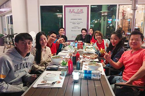 ABC (đầu tiên từ trái sang) ăn mừng cùng An và nhóm bạn sau trận thắng của đội tuyển Việt Nam. Ảnh: NVCC.