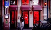 Khách thi nhau chụp ảnh khiến gái bán hoa ở Amsterdam lao đao