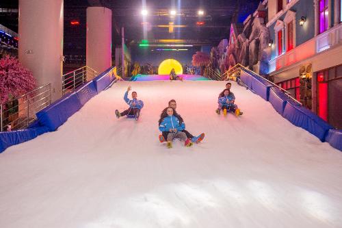 Không chỉ trải nghiệm các hoạt động vui chơi trên tuyết thú vị, bạn còn nhận được lộc may mắn từ thần tài và những trò chơi dân gian tại khu tuyết. Đặc biệt, bạn sẽ được nhận ngay lì xì may mắn khi mua vé chơi Snow Town từ mùng 2 đến mùng 6 Tết.