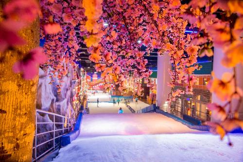 Với màu đỏ chủ đạo, toàn bộ phần cảnh quan trang trí Tết tại Snow Town ngập tràn sắc đỏ, thể hiện trên các tiểu cảnh trang trí và phụ kiện trang trí: bao lì xì, tràng pháo, dưa hấu, câu đối đỏ...