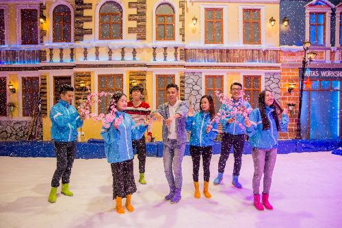 Trò chơi trên tuyết nhận lộc liền tayTrải nghiệm du xuân trong tuyết rơi chắc hẳn sẽ khiến Tết Kỷ Hợi của bạn thật khác biệt! Snow Town - khu vui chơi trên tuyết đầu tiên tại Việt Nam sẽ biến giấc mơ thấy tuyết xứ nhiệt đới thành hiện thực với công nghệ làm tuyết hiện đại.
