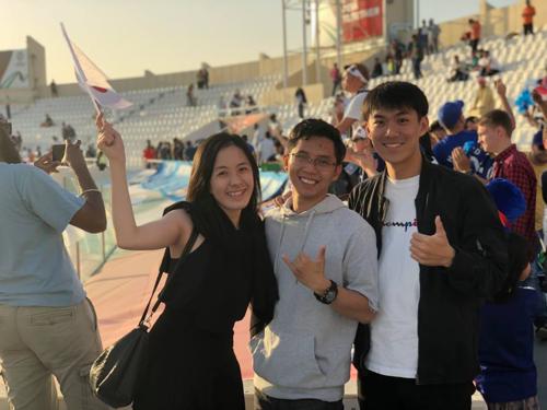 Riku (đầu tiên từ phải qua) ăn mừng cùng nhóm CĐV Việt sau chiến thắng trước Jordan ngày 20/1. Ảnh: NVCC.