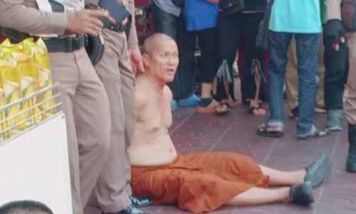 nha-su-thai-lan-dam-nguoi-ban-bua-gia-cho-du-khach