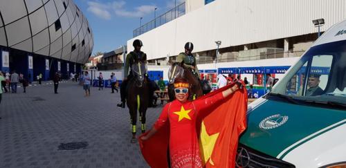 Chị Quỳnh Nga mặc áo dài cờ đỏ sao vàng đi cổ vũ tuyển Việt Nam trong trận đấu với Jordan. Ảnh: NVCC.