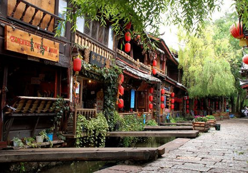 Không khí cổ kính toát ra từ những ngôi nhà, con phố và trong phong cách sống của cư dân địa phương.