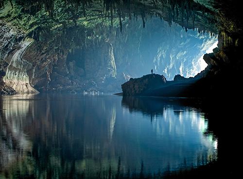 Sơn Đoòng là hang động tự nhiên lớn nhất thế giới, điểm đến trong mơ của rất nhiều du khách nước ngoài. Ảnh: John Spies.