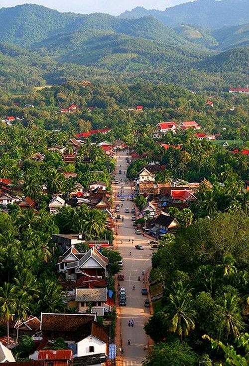 Ngắm hoàng hôn trên đỉnh núi Phou Si là hoạt động được nhiều du khách yêu thích, khi được phóng tầm mắt ngắm toàn cảnh cố đô trong ánh mặt trời chiếu bên dòng Mekong.