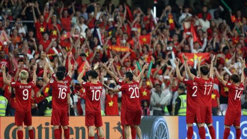 Hình ảnh những người hâm mộ Việt Nam cổ vũ đội bóng Rồng Vàng đã tô điểm thêm nhiều sắc màu rực rỡ cho khán đài Asian Cup. Ảnh: AFP.