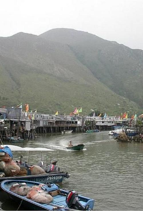 Những ngôi nhà sàn nằm sát biển, hoạt động đánh bắt cá nhộn nhịp, các món ngon từ hải sản là điểm thu hút du khách khi đến Tai O. Ảnh:Pinterest