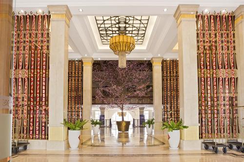 Món quà độc  lạ của Vinpearl Luxury cho mùa Tết này lấy ý tưởng xuyên suốt từ sự kết hợp nhuần nhuyễn giữa truyền thống và hiện đại. Vẫn là hình ảnh thân quen của Tết cổ truyền với bánh chưng, dưa hành hay pháo hoa rực rỡ và những lời chúc tốt đẹp& nhưng du khách thảnh thơi đoàn viên, cùng nhau thưởng trọn những trải nghiệm mới trong không gian du lịch nghỉ dưỡng 5 sao.Hai lựa chọn cho du khách là Vinpearl Luxury Nha Trang và Đà Nẵng. Tại đây, không gian nghỉ ngơi sang trọng, riêng tư nhưng vẫn mang đến khách nghỉ không khí lễ hội truyền thống dịp Tết Nguyên đán.