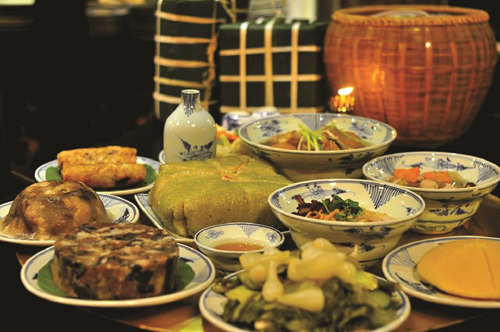 Mâm cỗ đậm đà không khí Tết mang giá trị cung đình Huế cổ xưa với những món ăn tinh túy: hải sâm với tôm và rau củ, bánh khoai lang, salad gà Huế& được những đầu bếp đẳng cấp quốc tế chuẩn bị riêng để cả gia đình quây quần cạnh nhau. Sự đoàn viên sẽ thăng hoa khi cả gia đình cùng nghỉ ngơi thư giãn trong không gian tiện nghi, hiện đại và quây quần bên mâm cơm ngày Tết đậm đà giá trị Việt. Mọi người thảnh thơi nhâm nhi những ly trà thư giãn đặc trưng như trà nhài, trà sen hay một chút ấm nồng của rượu Minh Mạng, hay sữa đậu phụng, nước gạo rang&