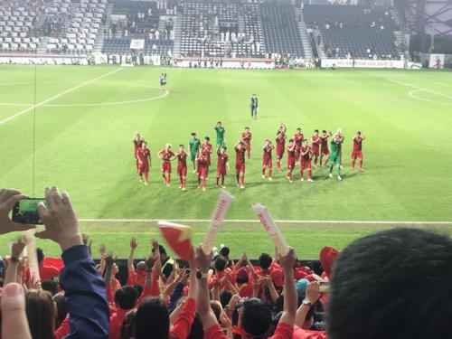 Các cầu thủ cảm ơn khán giả sau trận đấu. Ảnh: Nguyễn Ngọc Khánh.