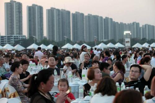 10.000 khách Trung Quốc tại sự kiện có 1.250 bàn. Ảnh:Facebook.
