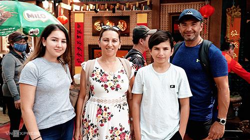Gia đình bà Ana tham quan phố ông Đồ ở Sài Gòn trưa 27/1. Ảnh: Phong Vinh.