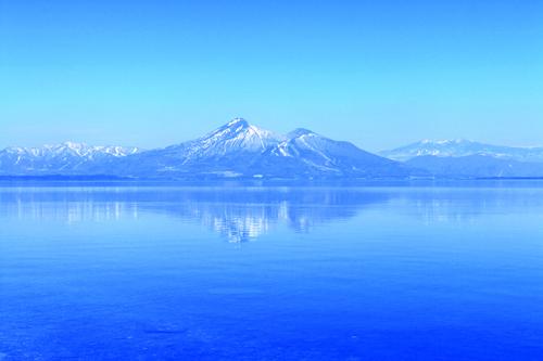 Hồ Inawashiro: với những cảnh sắc bốn mùa trên núi Bandai in sắc xuống mặt hồ tuyệt đẹp.