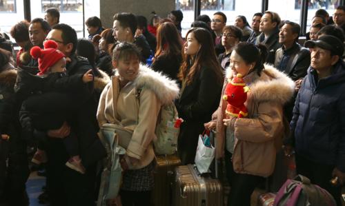 Hành khách đợi làm thủ tục tại nhà ga Tây Bắc Kinh vào 21/1. Ảnh:Zou Hong/China Daily.