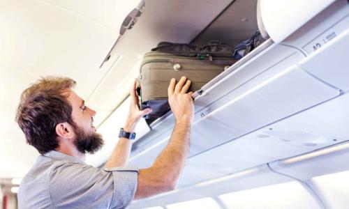 Nhiều hành khách bất chấp quy định, vẫn thường đứng dậy lấy hành lý ở mọi thời điểm. Ảnh: Travel&Leisure.
