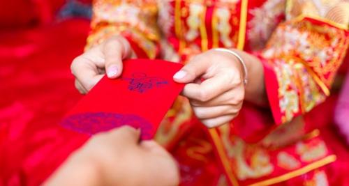 Trong thế kỷ 21, người ta sử dụng những chiếc phong bì số thay vì giấy truyền thống. Những gói lì xì ảo được chuyển trực tiếp tới tài khoản bạn bè chỉ bằng vài thao tác trên điện thoại thông minh hay máy tính. Thậm chí, người ta có thể gửi hồng bao tới những nghệ sĩ mình yêu thích. Ảnh: Istock.