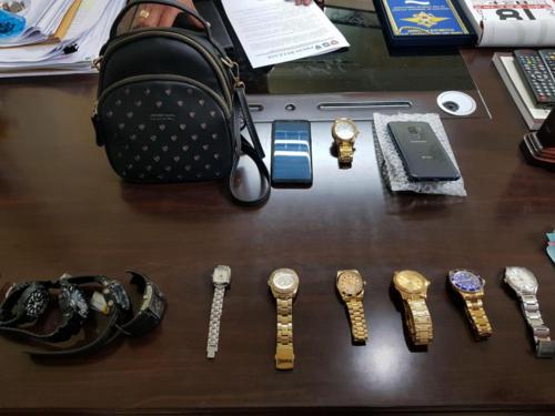 Cảnh sát thu giữ hơn 10 đồng hồ hàng hiệu và smartphone. Ảnh:Viral Press.