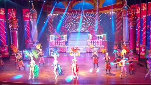 Alcazar showlà một trong những chương trình giải trí góp phần mang lại sự nổi tiếng cho thành phố biển Pattaya. Đặc điểm nổi bật của Alcazar show là100% người đẹplà những người chuyển đổi giới tínhvà diễn viên chỉ hát nhép theo máy khi thể hiện ca khúc.Chương trình kết hợp giữa hiệu ứng ánh sáng, âm thanh cũng như trang phục rất công phu của những diễn viên chuyển đổi giới tính.Sau mỗi buổi diễn, du khách có thể chụp những bức ảnh lưu niệm với các diễn viênnày với mức giá40-100 baht cho một khách.