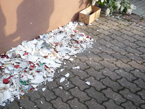 Không ai cảm thấy buồn phiền vì phải dọn dẹp đống lớn bát đĩa vỡ vào năm mới. Ảnh: Tradish.