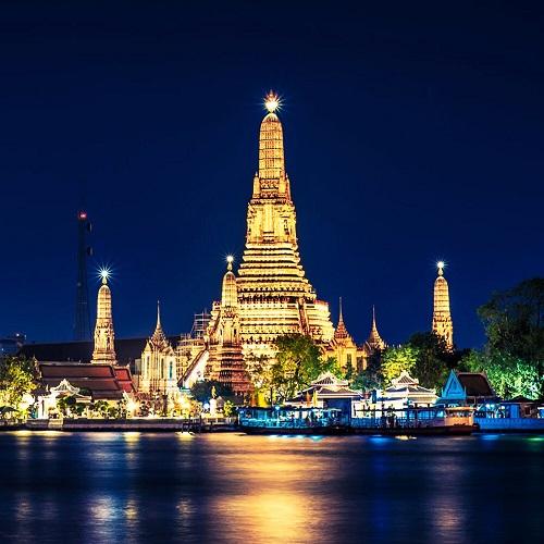 Một điểm vui chơi đáng chú ý khác tại Bangkok là dòngsông Chao Phraya(có nghĩa là sông của các vị vua). Khi đi thuyền trên dòng sông này, du khách có thể dễ dàng quan sát 4 điểm tham quan đặc sắc của thủ đô xứ sở Chùa Vàng làWat Pho (chùa Phật Nằm), cung điện Hoàng gia, Wat Phra Kaew (đền Phật Ngọc) và Wat Arun. Cảnh đẹp2 bên bờ sông sẽ mang đến cho khách du lịch những phút giây yên bình, thư giãn. Ngoài ra, du khách còn có thể thưởng thức bửa tối hoặctrảinghiệm cho đàn cá da trơn ăn.