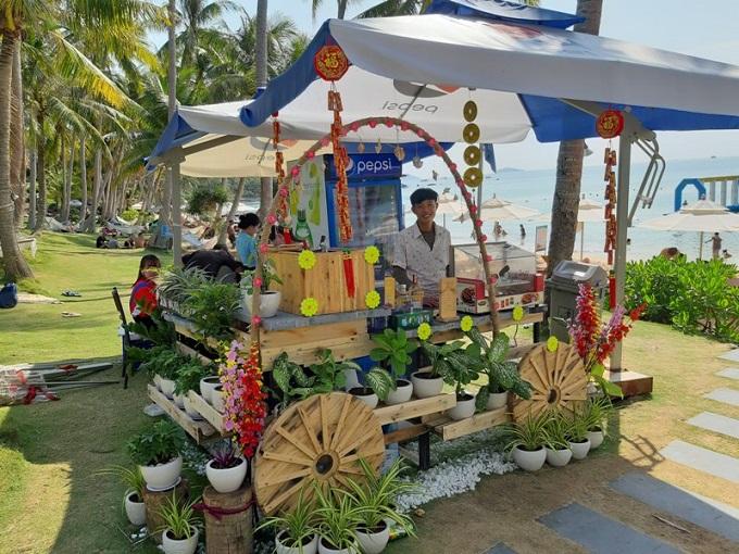 Các quầy hàng bên biển được trang hoàng rực rỡ, luôn sẵn sàng để du khách thưởng thức những bữa tiệc nhẹ hấp dẫn giữa không gian mát xanh ngợp ngời hoa nắng.