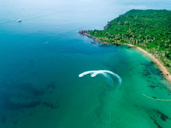 Thiên nhiên trong lành cũng bãi biển trong xanh ở đảo Hòn Thơm, Phú Quốc sẽ là không gian nghỉ Tết lý tưởng cho những du khách muốn trải nghiệm những ngày nghỉ ngơi thảnh thơi sau một năm bận rộn, chuẩn bị đón một năm mới đến.