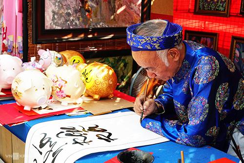 Người viết chữ tại phố ông Đồ Sài Gòn. Ảnh: Phong Vinh.