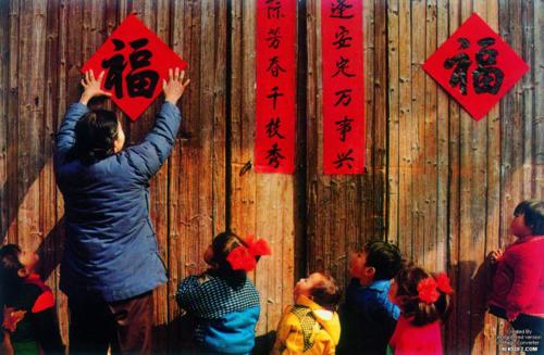 Người Trung Quốc thường dán giấy đỏ in câu đối lên cửa nhà vào dịp Tết. Ảnh:KEKSoft.