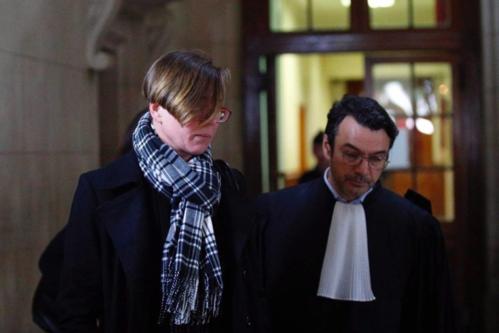 Emily Spanton (trái)đi cùng với luật sưtại tòa án ở Paris vào14/1. Ảnh: AP/Francois Mori.