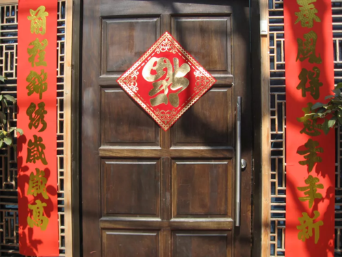 Chữ Phúc dán ngược trên cửa nhà của người Trung Quốc. Ảnh: Sara Naumann.