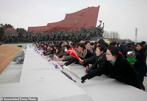 Người dân Triều Tiên viếng thăm tượng của cố chủ tịch Kim Il Sung vàKim Jong Il tại Bình Nhưỡng vào sáng 5/2. Ảnh:AP/Jon Choi Jin.