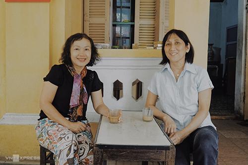 Cô Kim Anh (trái) là giáo viên đã nghỉ hưu và cô Thu Vân từng là y sĩ tại Đà Nẵng. Ảnh: Phong Vinh.