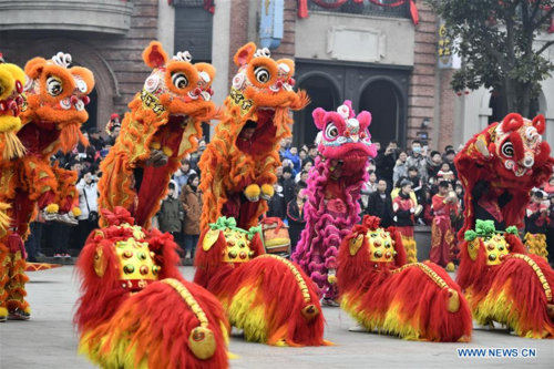 Các nghệ sĩ múa lân ở thị trấn cổ Đài Nhi Trang, phía đôngSơn Đông, Trung Quốc, vào ngày6/2. Ảnh: Xinhua/Gao Qimin.