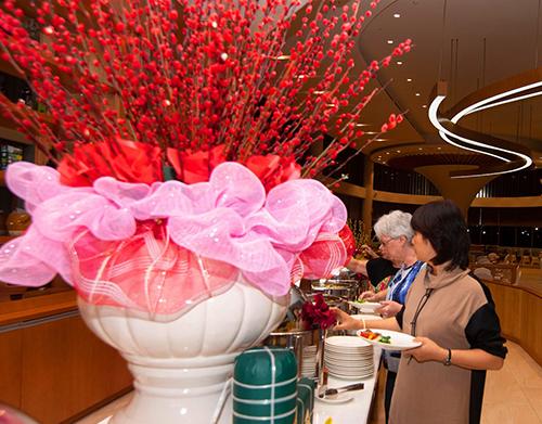 Nhân dịp này,FLC Hotels & Resorts dành tặngmột bao lì xì tài lộc sum vầy cho mỗi gia đình, trong đó có mộtGiấy thông hành FLC với ưu đãi giảm 50% giábartrên toàn hệ thốngvà những voucher giảm tới 50% cho các dịch vụ cao cấp khác. Các gia đình có thể cùng nhau tận hưởng một kỳ nghỉ trọn vẹn, thảnh thơi sau những bộn bề của một năm cũ.