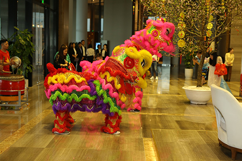Cùng với ẩm thực ngày Tết là không gian văn hóa - nghệ thuật mangmàu sắc truyền thống được tái hiện ngay tại mỗi quần thể. Tại FLC Sầm Sơn, các gia đình cũng có thể tham dự lễ cầu an đầu năm tại chùa Thiên Phúc ngay trong khuôn viên khu nghỉ.
