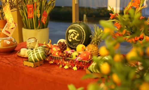 Dù xa nhà nhưngmỗi gia đình vẫn có thểquây quần, sum họp bên mâm cơm Tết khi đến với hệ thống nghỉ dưỡng FLC dịp này. Những bữa ăn theo đúng phong cách Tết cổ truyềnđược chuẩn bị tỉ mỉđể dành tặng cácvị khách đầu năm mới.