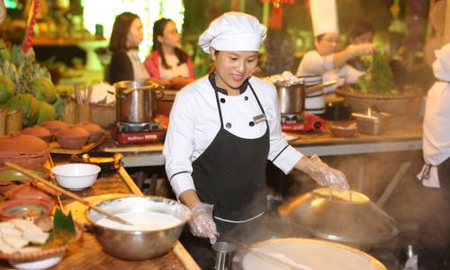 Du khách còn có thểkhám phá và thưởng thức những món ăn đặc trưng Tết của mỗi vùng miền trên đất nước Việt Nam tại lễ hội Ẩm thực 3 miền.