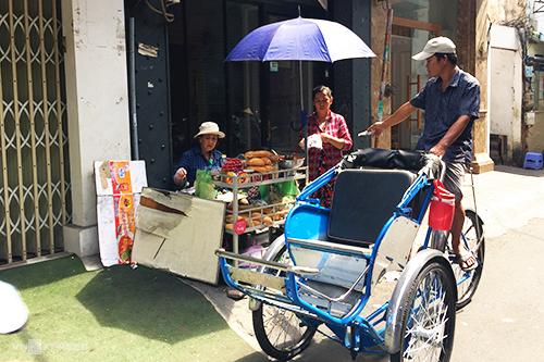 Góc bánh mì nhỏ sau khi dời vào đường Đặng Trần Côn toạ ở trước cửa một nhà dân.