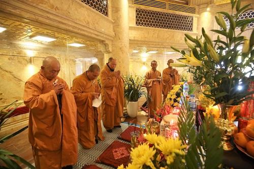 Theo đại diện khu du lịch, xá lợi Phật do các cao tăng Myanmar trao tặng tổ đình Vĩnh Nghiêm, và được tổ đình cúng dường Đại Tượng Phật tại Fansipan. Xá lợi Phật vừa được rước về hôm 28 tháng Chạp và được đặt tại bảo tháp pha lê 7 tầng trong lòng Đại tượng Phật A Di Đà cao nhất Việt Nam.