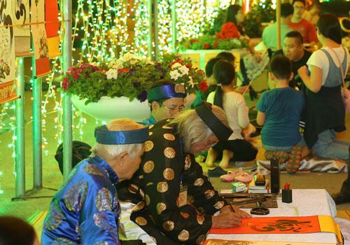 Đại diệnquản lý khu quần thể nghỉ dưỡng FLC Sầm Sơn cho biết, hàng nghìncán bộ nhân viên của FLC Hotels & Resorts trên khắp ba miền làm việc 24/24 với công suất cao nhất trong dịp Tết.