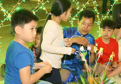 Anh Việt Quang, một khách hàng đến từ Hà Nội cho biết,gia đình anhđã có những trải nghiệm về dịch vụ và con người tại quần thể nghỉ dưỡng FLC Sầm Sơn. Với tôi, chỉ cần được sum họp bên những người yêu thương nhất là cái Tết đã trọn vẹn rồi, anhQuang tâm sự.